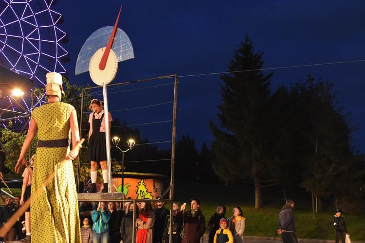 Выбор польского театра пал на этот спектакль еще и потому, что к нему проще всего привезти и установить декорации.