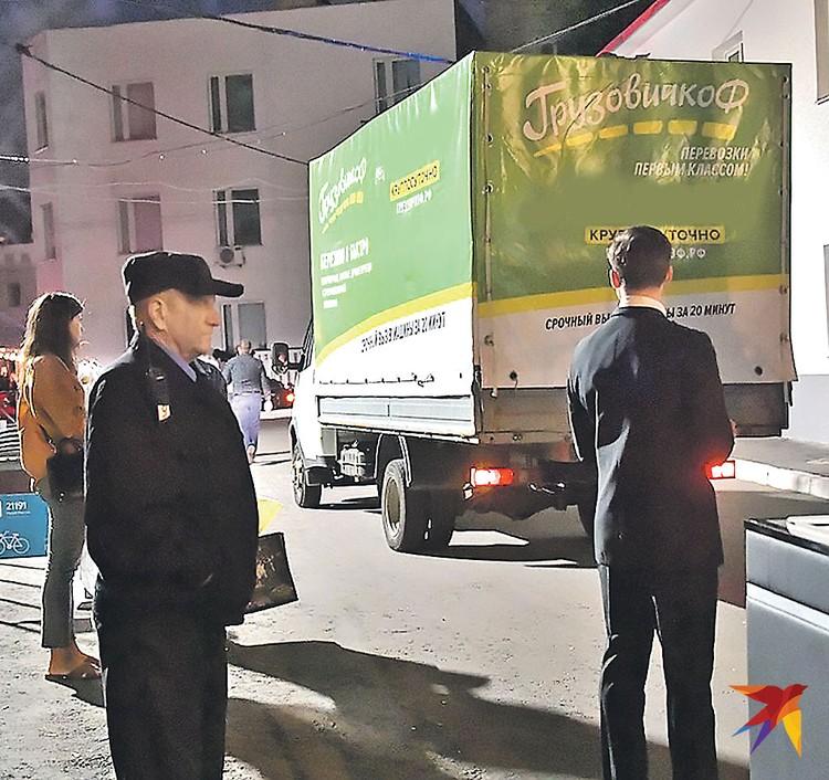 Именно в этом грузовичке увозили подарки со свадьбы Собчак и Богомолова.