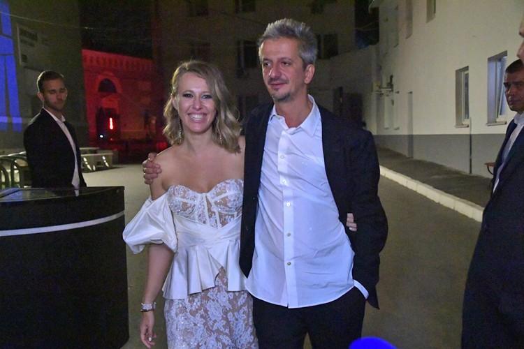 Молодожены выглядят как идеальная пара