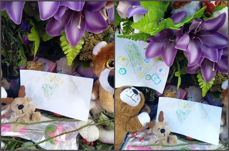 Ребята, которые ходили в сад вместе с Викой, приносят к мемориалу свои рисунки.