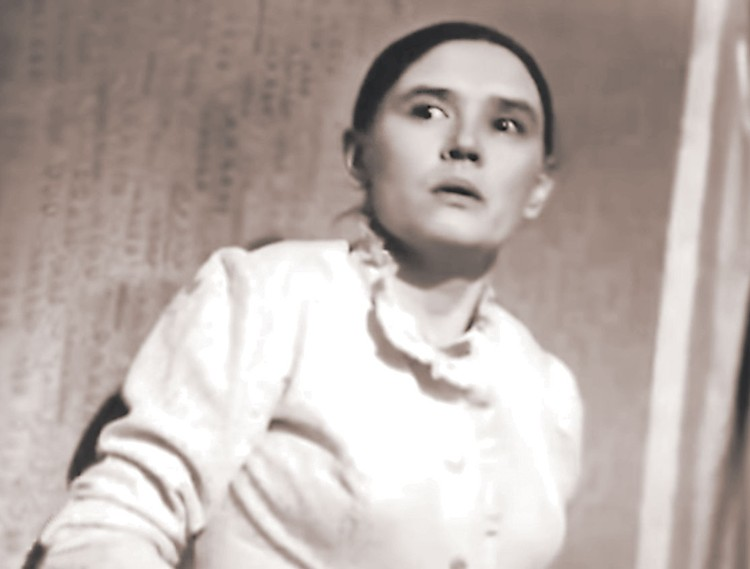 В фильме «Такая короткая долгая жизнь» актрисе специально оттопырили уши при помощи грима. Фото: Кадр из фильма