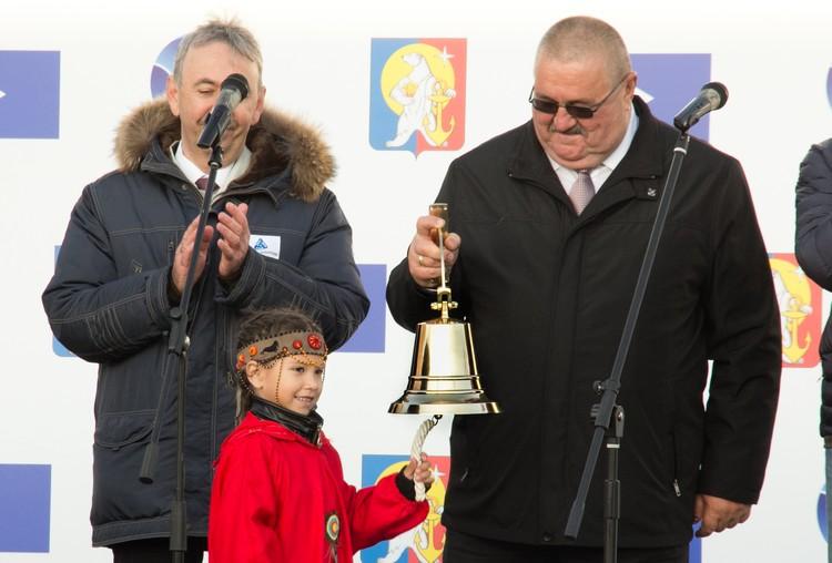 Заместитель главы «Росатома», руководитель дирекции Северного морского пути Вячеслав Рукша передал горожанам рынду символизирующую приход в город новой жизни.