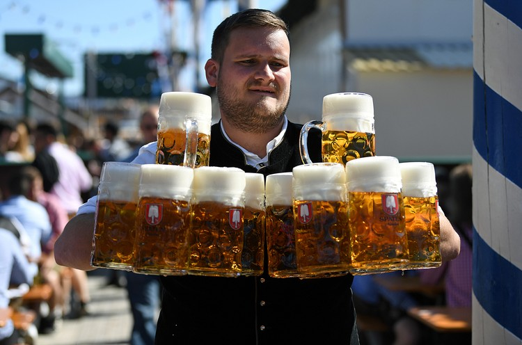 B этом году туристам и всем гостям фестиваля придется оставить на площадках больше денег, чем годом ранее -все фестивальное пиво и национальные угощения подорожали по сравнению с 2018 годом