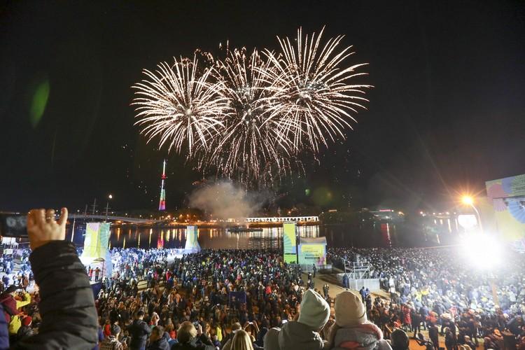 Праздничный салют на набережной Великого Новгорода