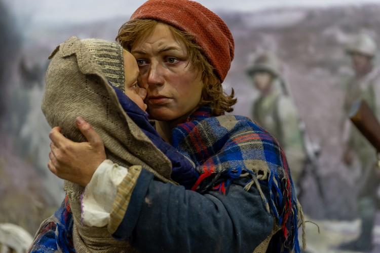 Беженцы - женщина прижимает к себе младенца.