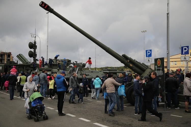На Владимирской площади стоит военная техника, с которой люди охотно фотографировались