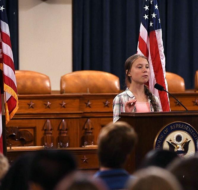 С самого начала вокруг девочки-мессии вьются всевозможные авантюристы от бизнеса и политики Фото: GLOBAL LOOK PRESS