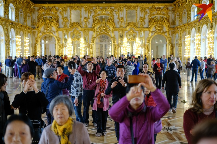 В пригород Петербурга китайцы приезжают толпами, чтобы собственными глазами увидеть дворец.