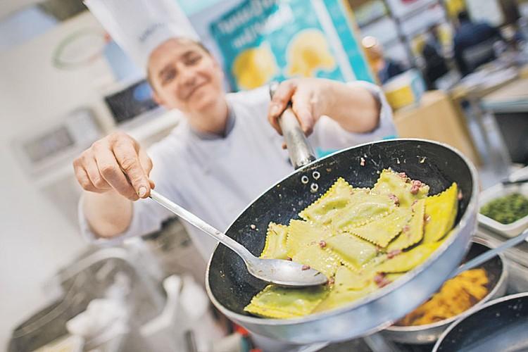 С чем есть: с оливковым или трюфельным маслом, сливочным соусом или крем-супом (да, так в Италии тоже делают).