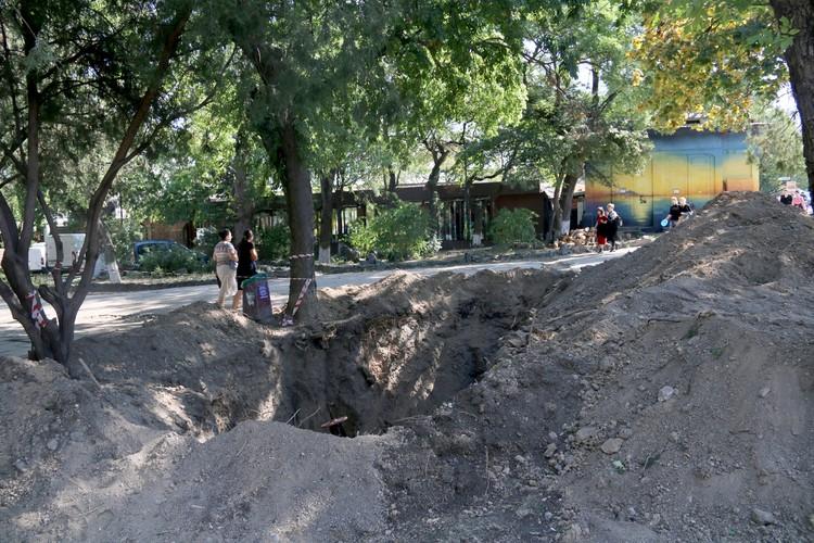 В яму могут упасть случайные прохожие.