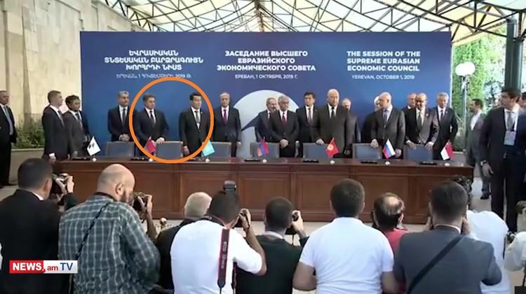 Место Александра Лукашенко на церемонии подписания соглашений пустует. Кадр портала news.am.