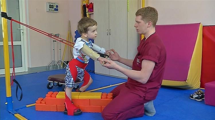 Мальчишку в буквальном смысле поставили на ноги специалисты из Челябинска. Фото: ОТВ