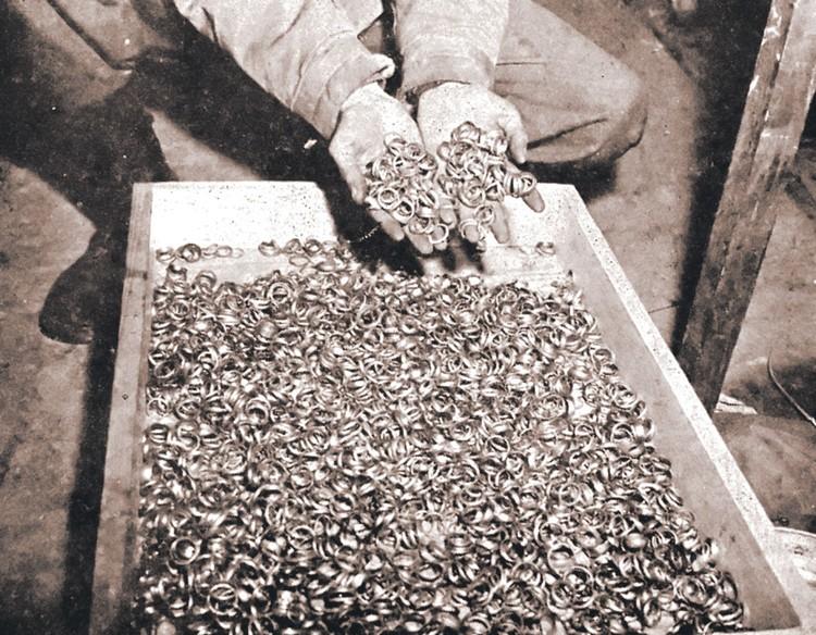 В 45-м в шахте Бухенвальда американцы нашли тысячи золотых колец.