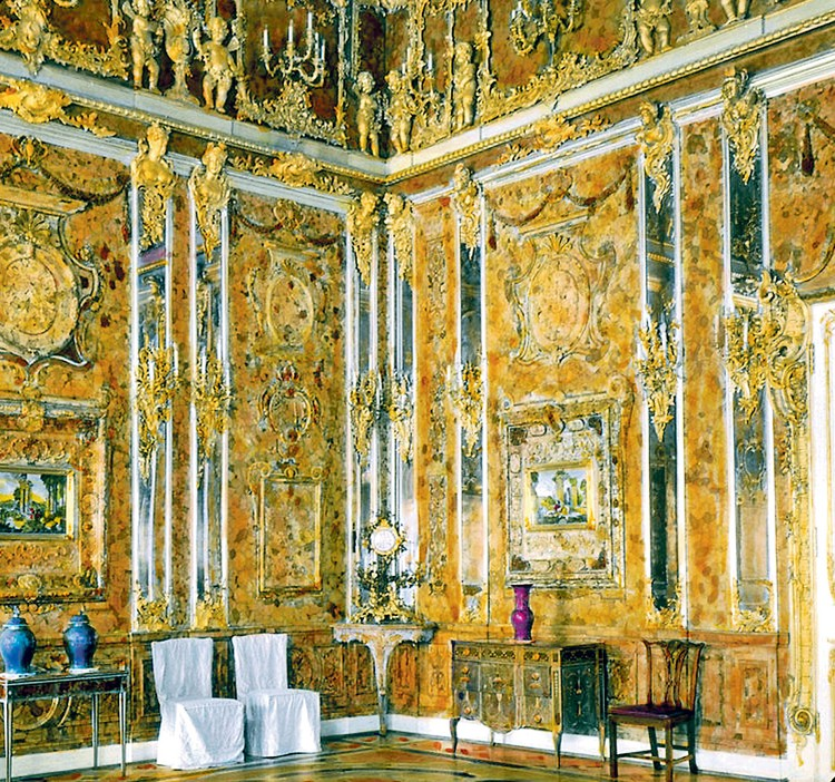 Янтарная комната - восьмое чудо света. Подарок короля Пруссии царю Петру Первому. На ее реставрацию ушло шесть тонн янтаря.