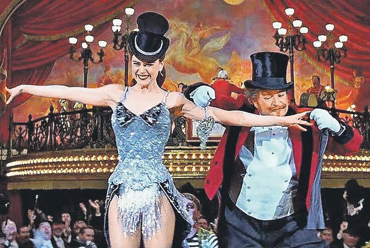 Для многих из нас знакомство с «Мулен Руж» состоялось в 2001 году благодаря мюзиклу режиссера База Лурмана, главную роль в котором сыграла Николь Кидман. Фото: Кадр из фильма