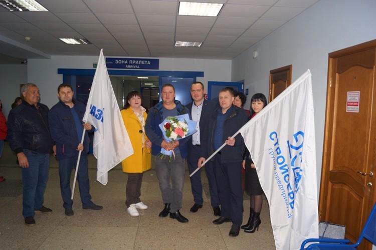 """«Молодцы! Кузбасс вами гордится!» – такими словами в кемеровском аэропорту героев встретили родные, друзья и коллеги. ФОТО: разрез """"Шестаки""""."""