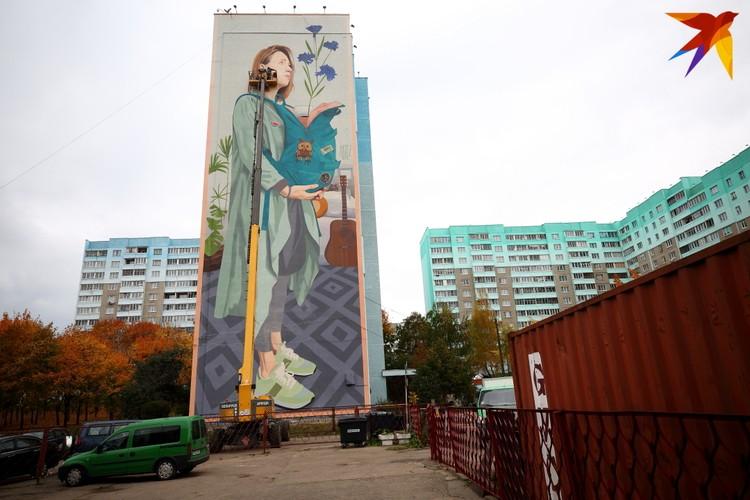В рисунок Artez вплел один из главных символов Беларуси - васильки.
