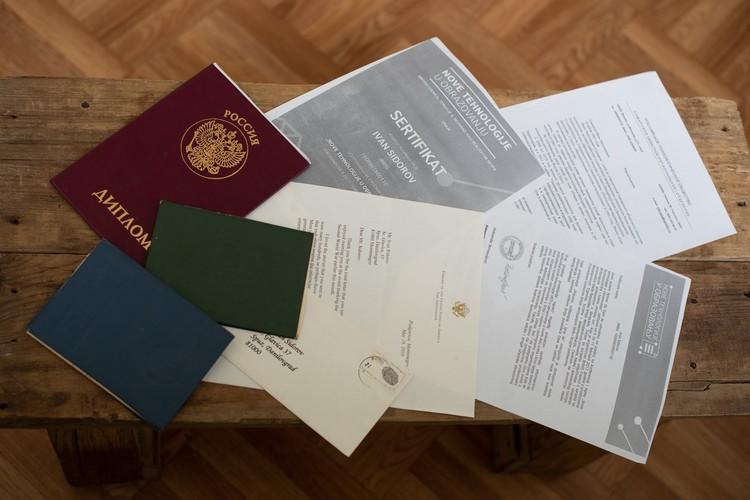 Кипа дипломов и сертификатов