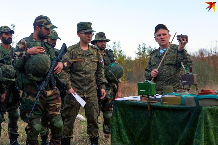Военным показывают, какие взрывные устройства есть в российской армии