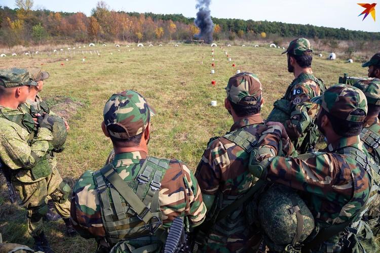 Иностранцам показывают, как российский спецназ работает со взрывчаткой