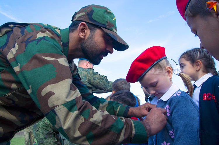 Пакистанские военные вручили российским юнармейцам значки движения