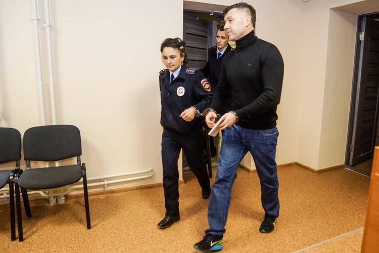 Обвиняемый признался, что в СИЗО много занимается спортом