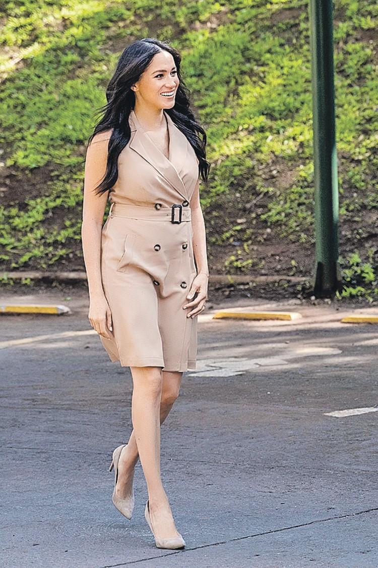 Это американское платье Меган Маркл с оголенными руками и коленями вызвало новую волну негатива в ее адрес. Для венценосных особ такой образ непозволителен.