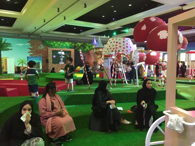 Арабские дизайнеры соорудили для детей площадку, щедро поросшую огромными леденцами и мухоморами с человеческий рост.