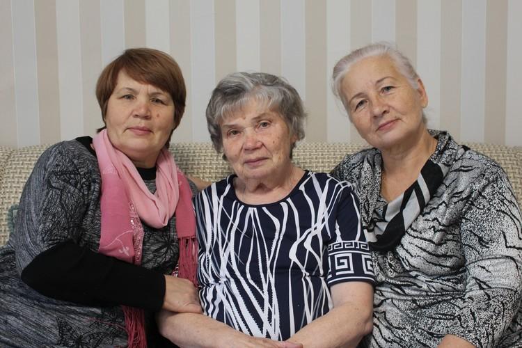 Сестры Юлианна, Нина, Людмила (слева направо)