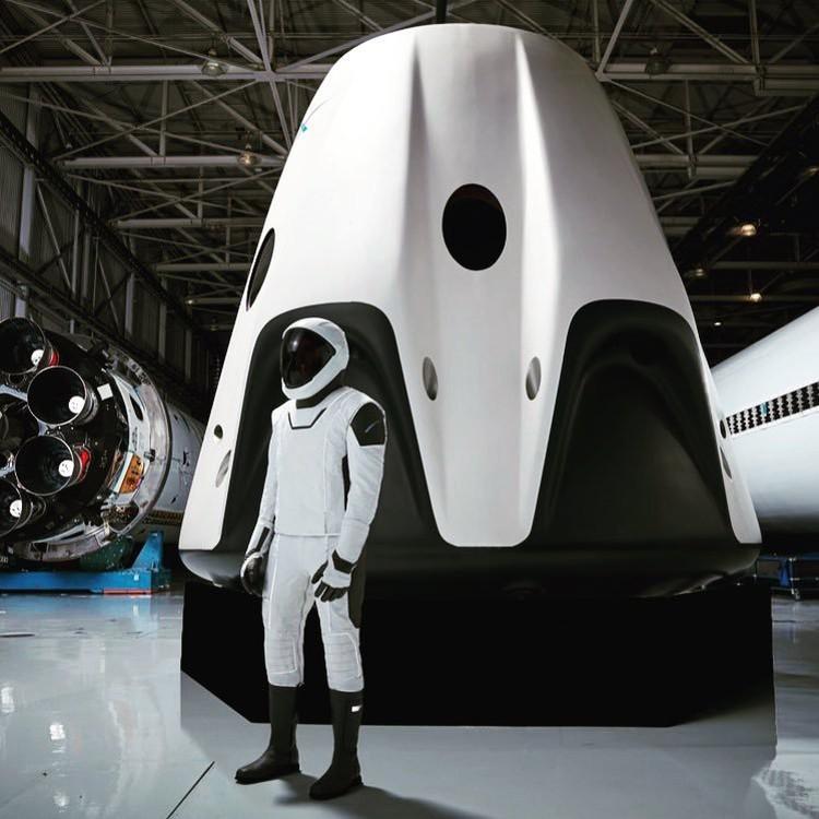 Скафандр Space X на фоне корабля