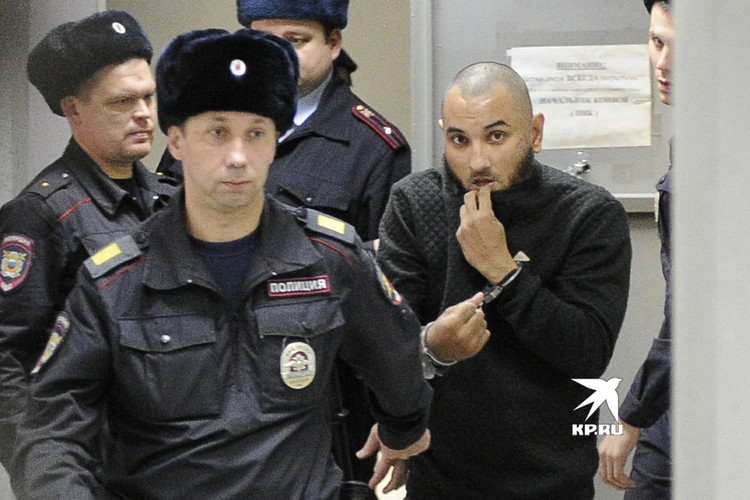 Федорович усердно прятал лицо от камер под свитером