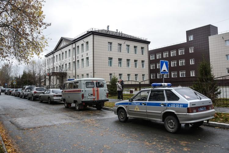 После ЧП в школе находились полицейские и медики.