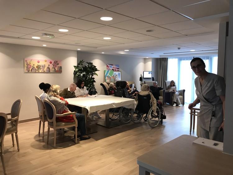 В доме престарелых в районе Трокадеро в Париже пожилые постояльцы устроили певческие посиделки со своими медсёстрами.