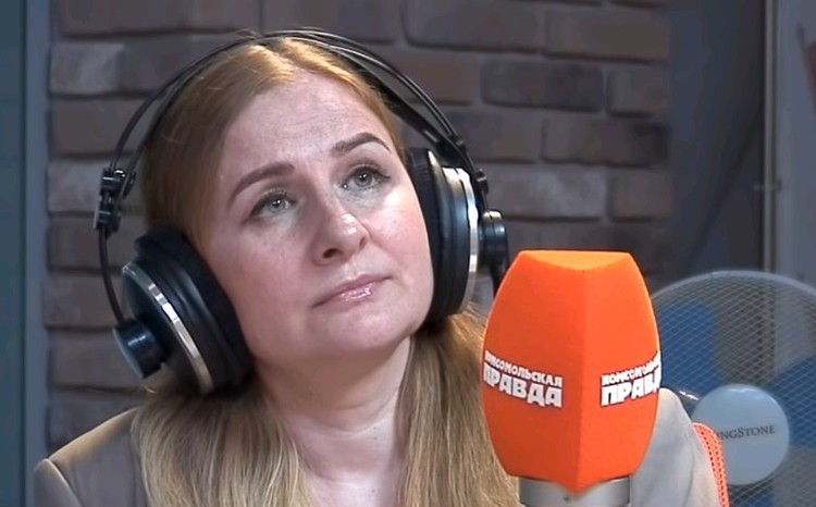 """Юрист Наталья Кувшинникова в студии Радио """"Комсомольская правда""""."""