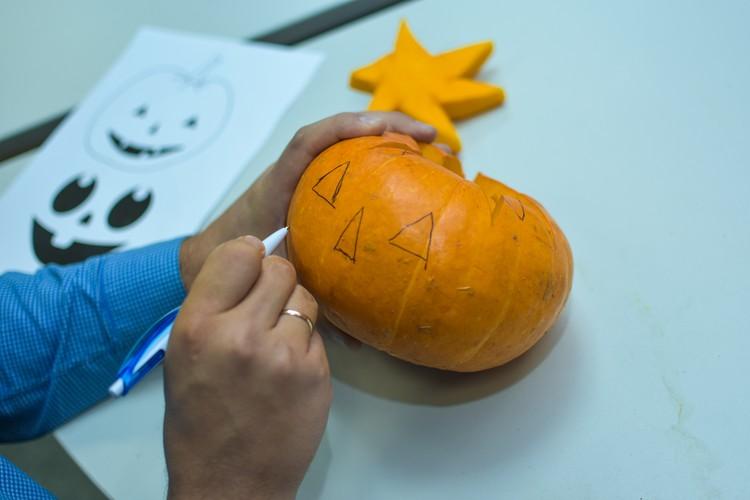 Набрасываем маркером будущие черты «лица» нашей тыквы.