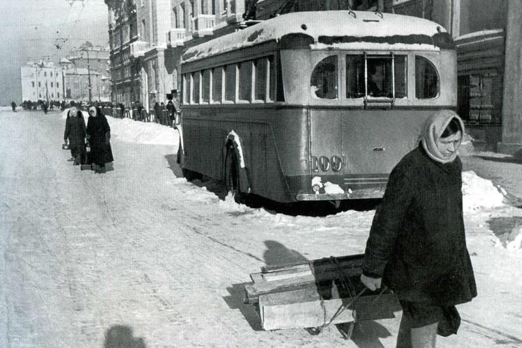 Отправить первый троллейбус в путь могли намного раньше, в 1942-ом. Фото: getmuseum.ru