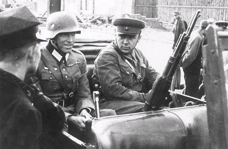 1939 год, немецкий и советский офицер отправляются во Львов для переговоров с польскими военными.