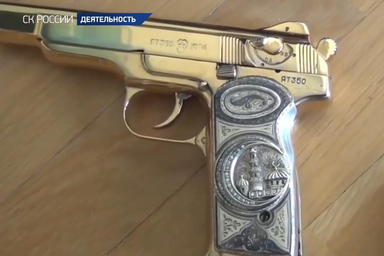 Золотой наградной пистолет становится неотъемлемым атрибутом — такие находят почти у каждого высокопоставленного кавказского коррупционера. Фото: СК РФ