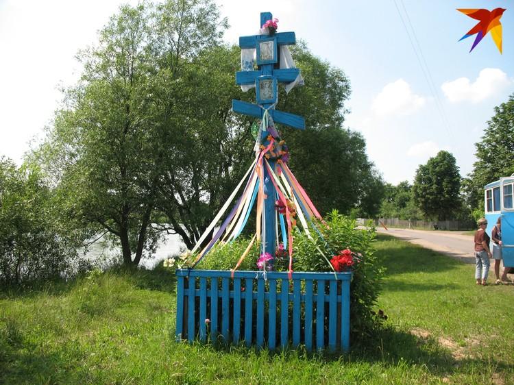 У таких крестов у въезда в деревни, как этот в Ивановском районе, всегда останавливалась похоронная процессия. Фото: Татьяна КУХАРОНАК