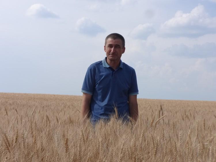 Александр Жариков много лет своими силами заливает для местной детворы каток Фото: vk.com/nevezhkino_village
