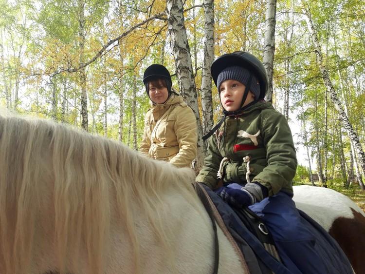 """Центр – единственный в Челябинской области, специализирующийся именно на адаптивной верховой езде и адаптивном конном спорте. Фото: центр """"Добрая лошадка"""""""