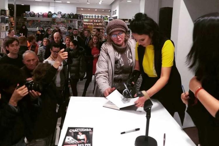 После презентации Рита еще долго раздавала автографы. ФОТО: Анна РАКИТИНА