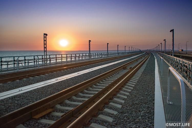Поезда через мост пойдут сразу по двум путям. Фото: Инфоцентр Крымский мост