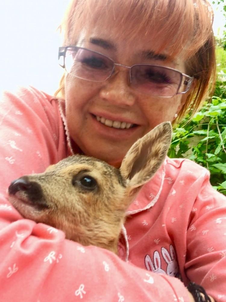 Даниэлла очень много внимания и любви подарила олененку. Фото: Даниэлла Вознесенская