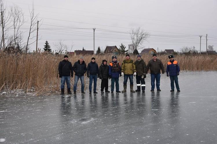 Эти люди - активные участники спасательной операции. Фото Александра Зубарева