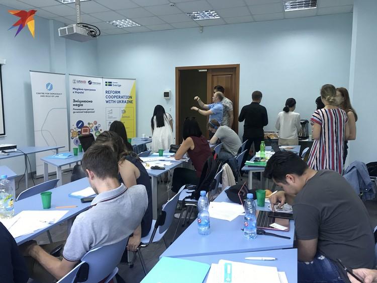 Участники, желавшие оказаться в Школе, могли заплатить за учебу 500 евро и пройти вне конкурса. Так обещали организаторы. На практике все проходили «кастинг».
