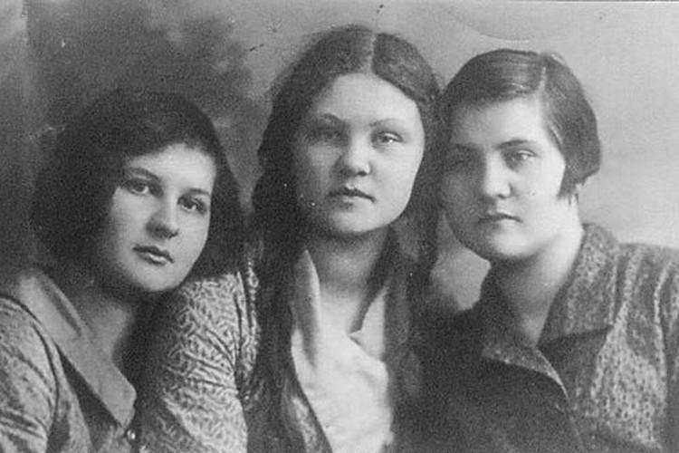 Варвара Фролова (в центре) с сестрами. Фото: Из семейного архива