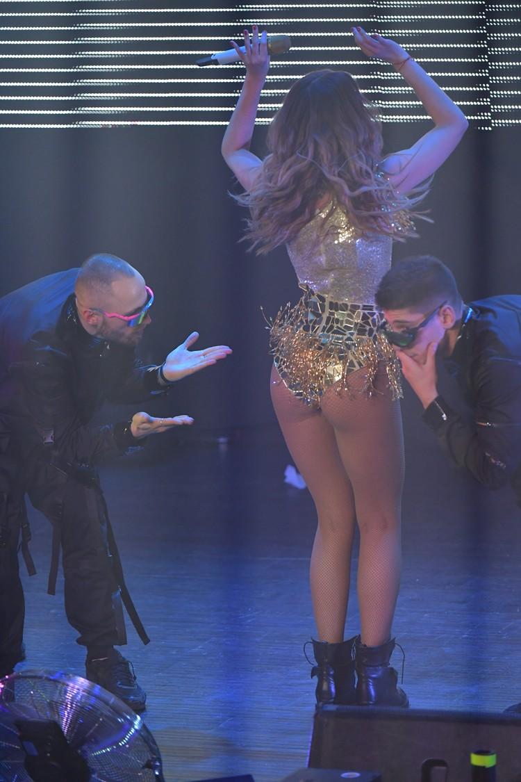 На сцене Бузовой помогал балет.