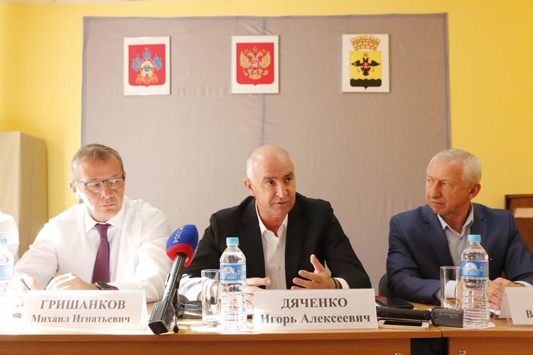 На встрече с жителями поселка заместитель генерального директора КТК Михаил Гришанков