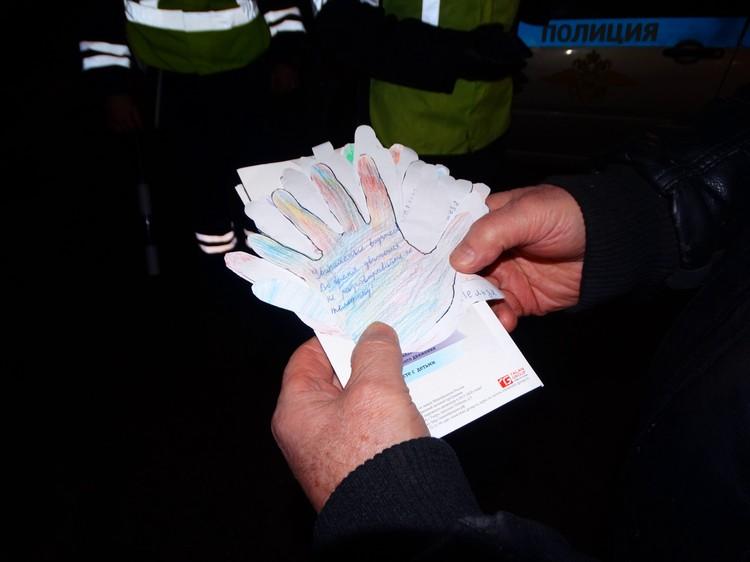 Виктор Мулин раздавал ладошки с посланиями от детей